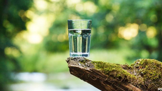 sauberes Wasser im Glas