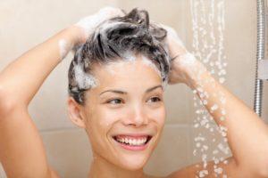 Frau wäscht sich die Haare