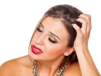 juckende und trockene Kopfhaut bei Frau