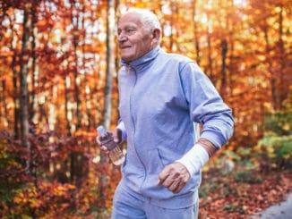 Alter Mann joggt im Wald