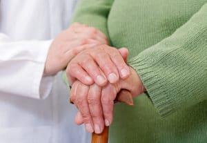 Hände alter Frau mit Arthritis