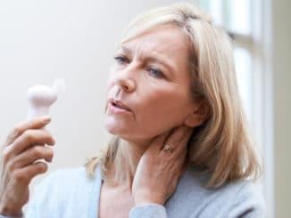 Frau mit Hitze in der Menopause