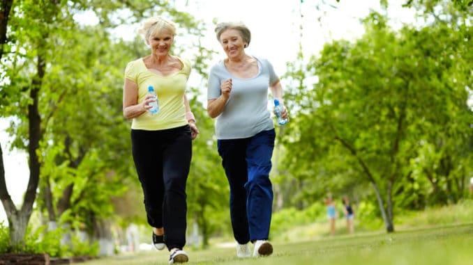 2 ältere Frauen joggen im Wald