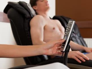Mann auf Massagesessel