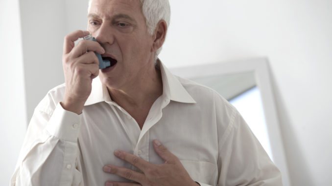 Mann mit COPD inhaliert