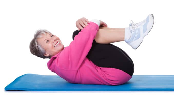 Alte Dame macht Gymnastik