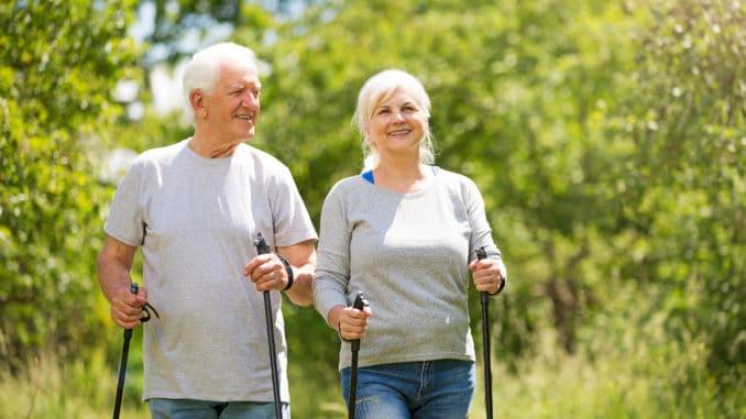 Senioren beim Walken