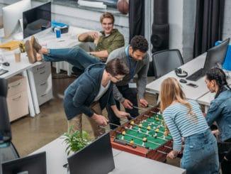 Spass im Büro mit einem Kicker