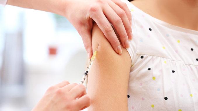 Mädchen bei der Impfung