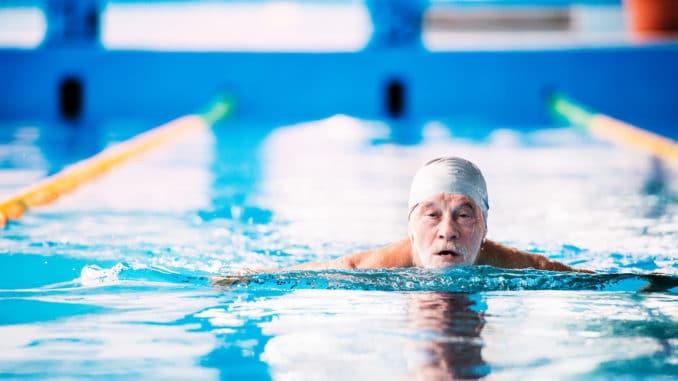 Senior im Schwimmbad