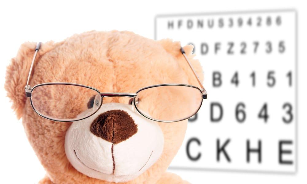 Teddy mit Brille beim Sehtest