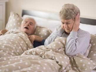 alter Mann schnarcht laut