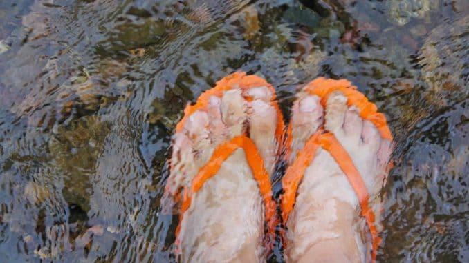 Füße im kalten Wasser